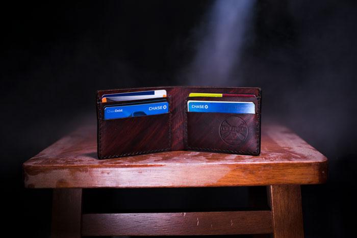 二つ折り財布とクレジットカード